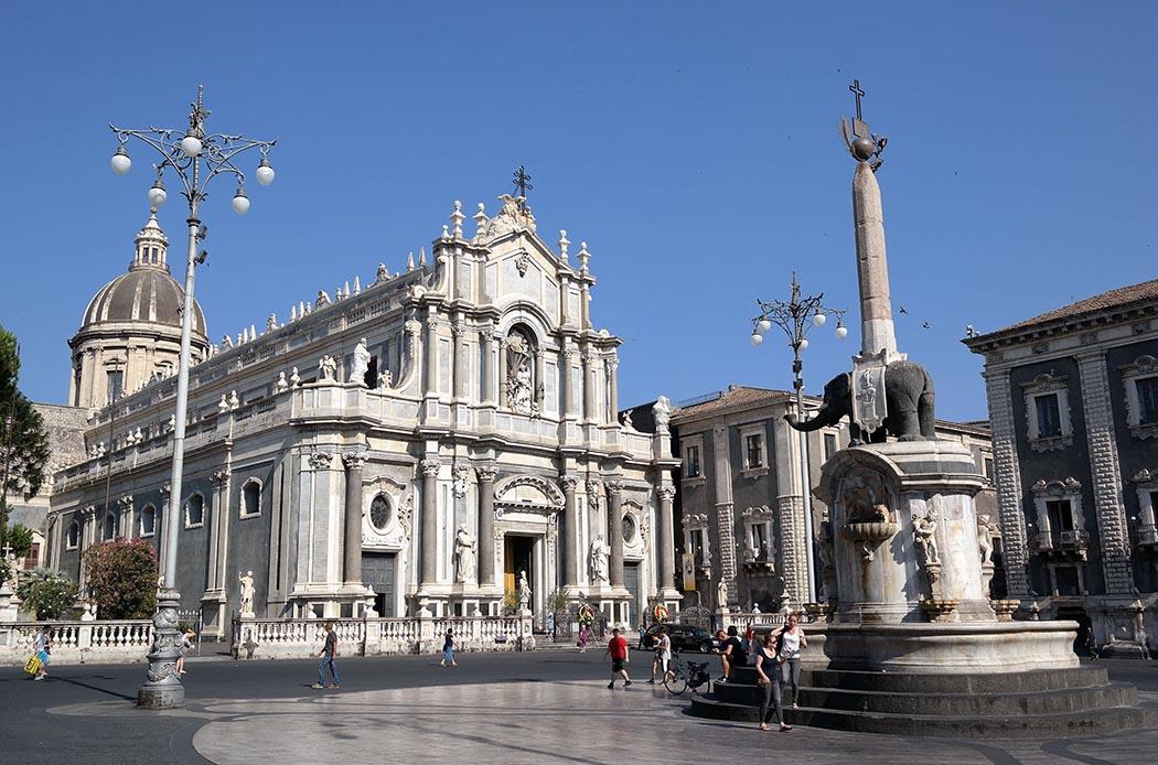 Catania_-_Piazza_Duomo_03-1